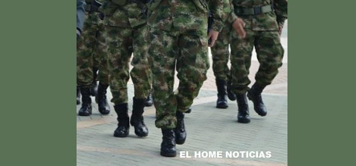 Militares marchando.