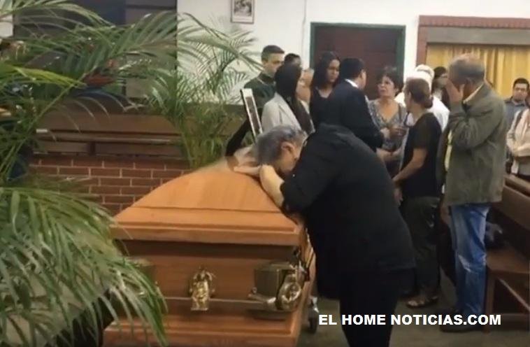 Madre de Fernando Albán llora apoyada sobre el féretro.