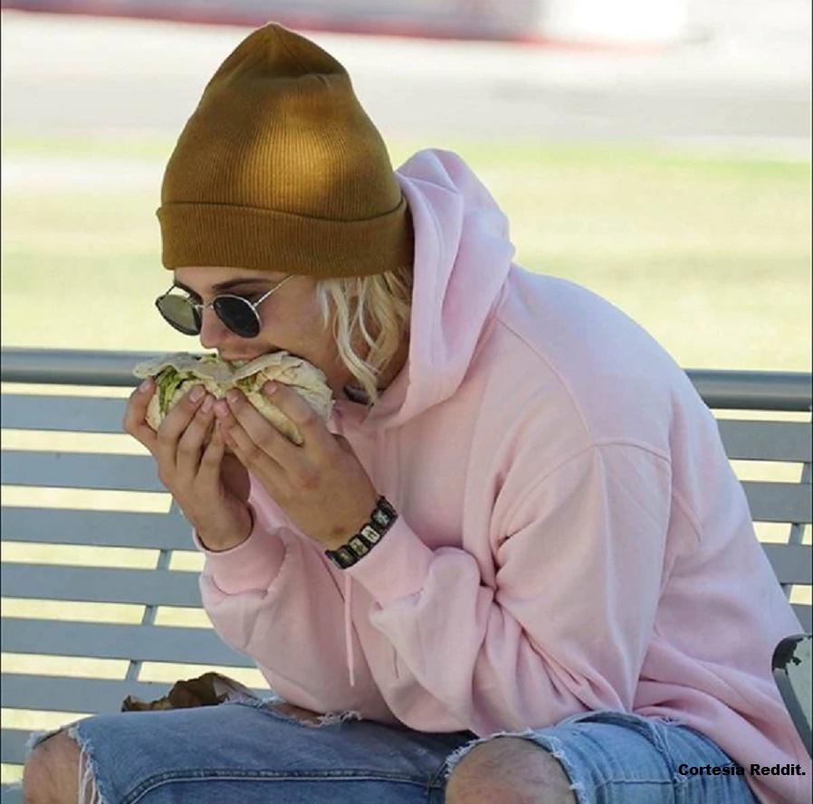La extraña manera en que Justin Bieber come un burrito
