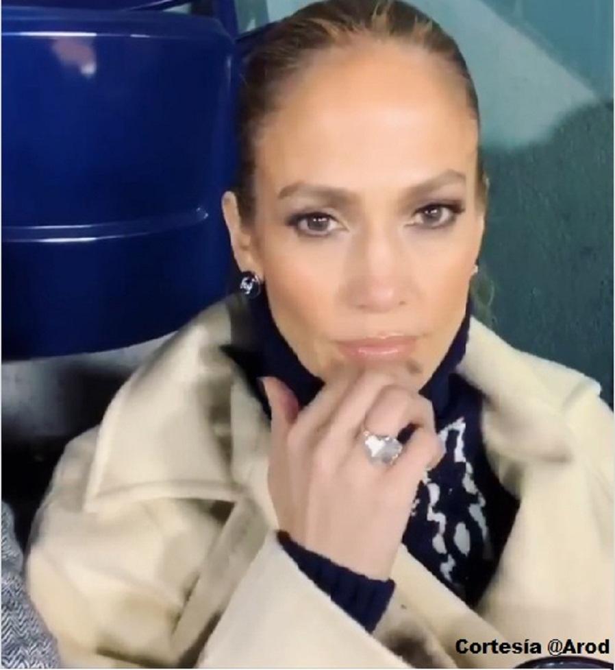 Jennifer López lució un enorme anillo de diamantes y desata rumores de compromiso.