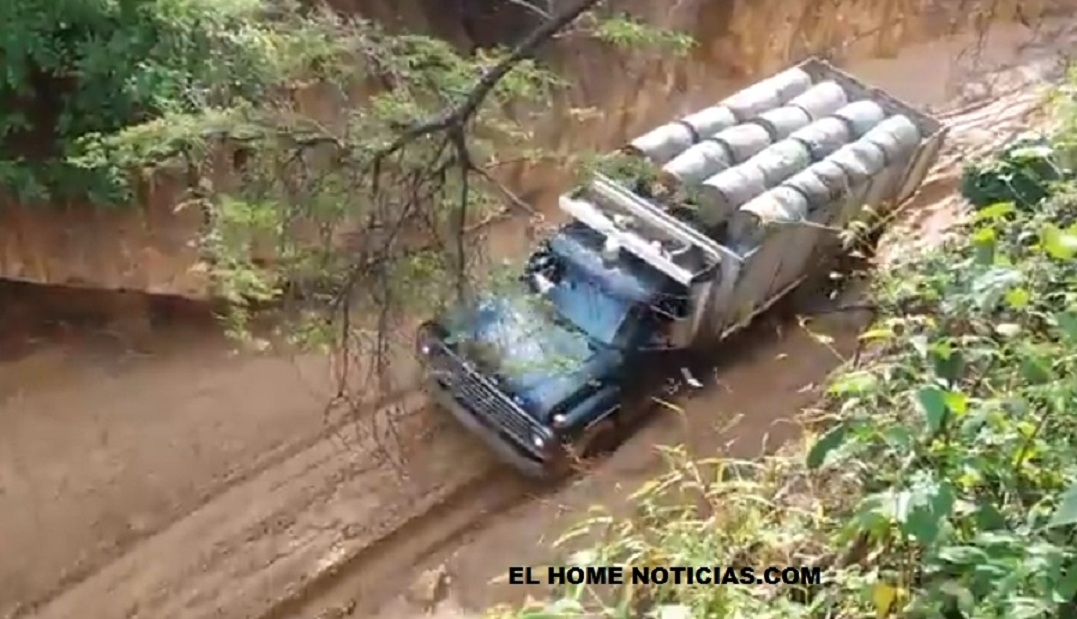 Camión cargado de gasolina de contrabando.
