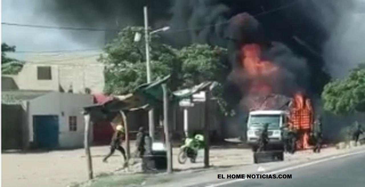 Policías de la POLFA resultaron con quemaduras al ser incendiado el camión en el que se movilizaban.
