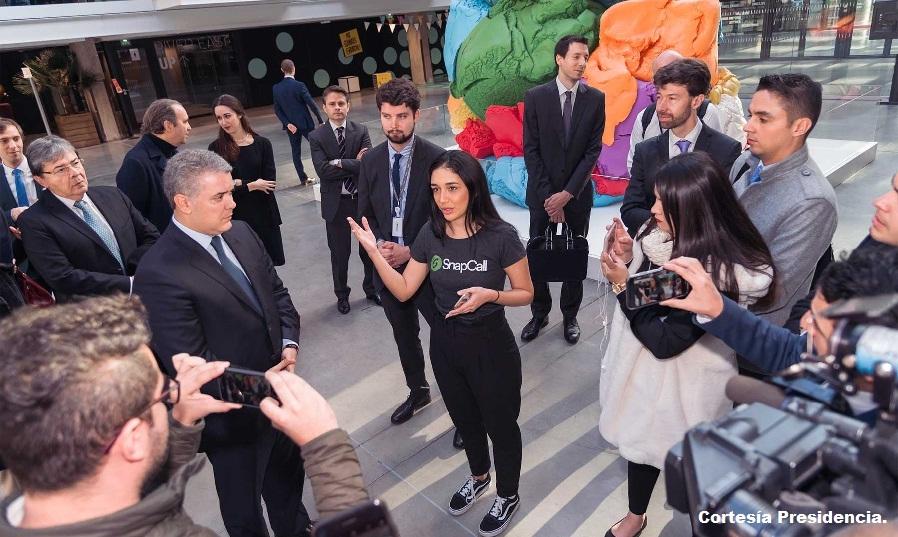Presidente Iván Duque con emprendedores colombianos durante su visita a Estación F.