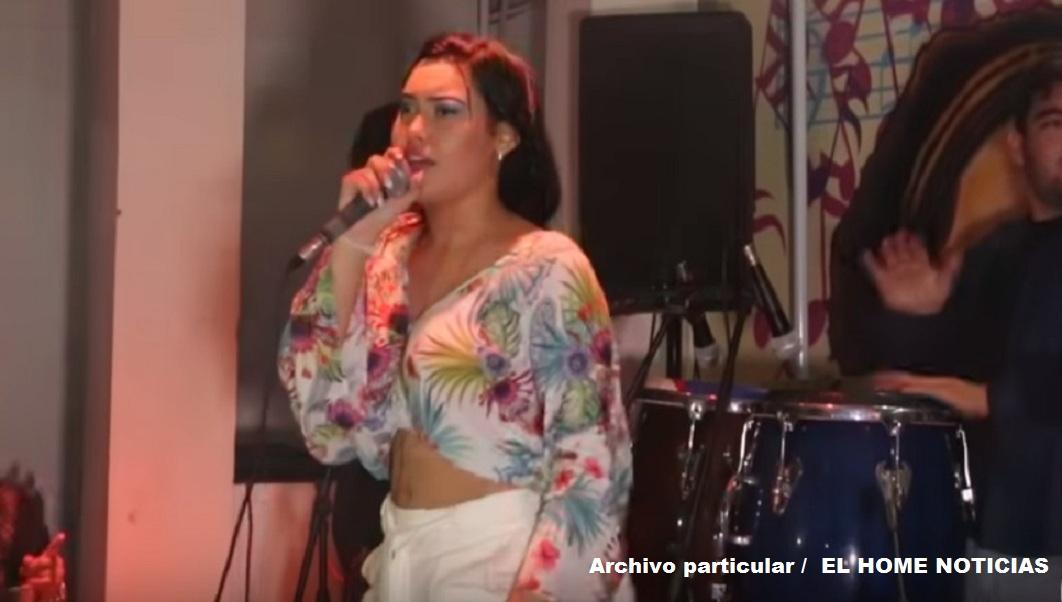 Ana del Castillo, de 19 años, en una de sus presentaciones interpretando vallenatos clásicos.