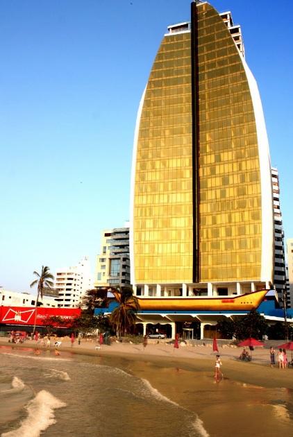 Hotel Cartagena Dubai, con una vista arquitectónica semejante al Burj Al Arab, del Golfo Pérsico.