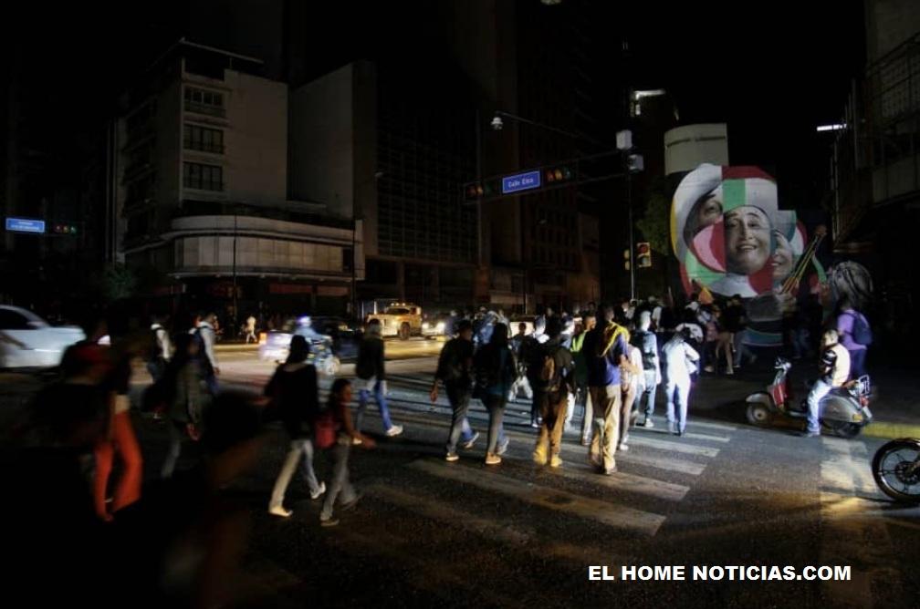 Así se veían las calles al caer la tarde del viernes. Se generó un caos vehícular al quedar fuera de servicio los semáforos de la ciudad.