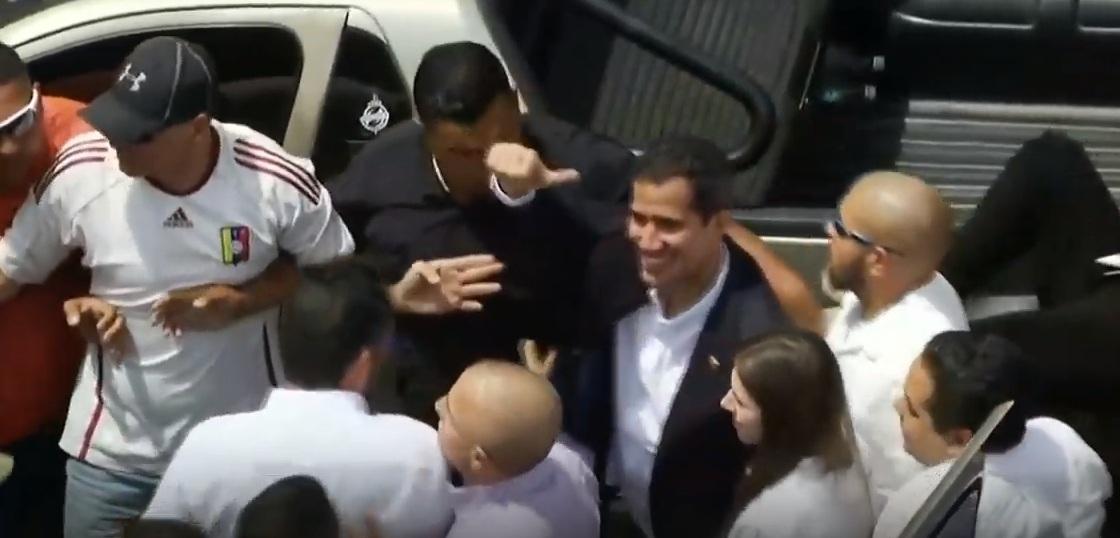 En medio de abrazos y gritos de respaldo el presidente Juan Guaidó arribó a Venezuela.
