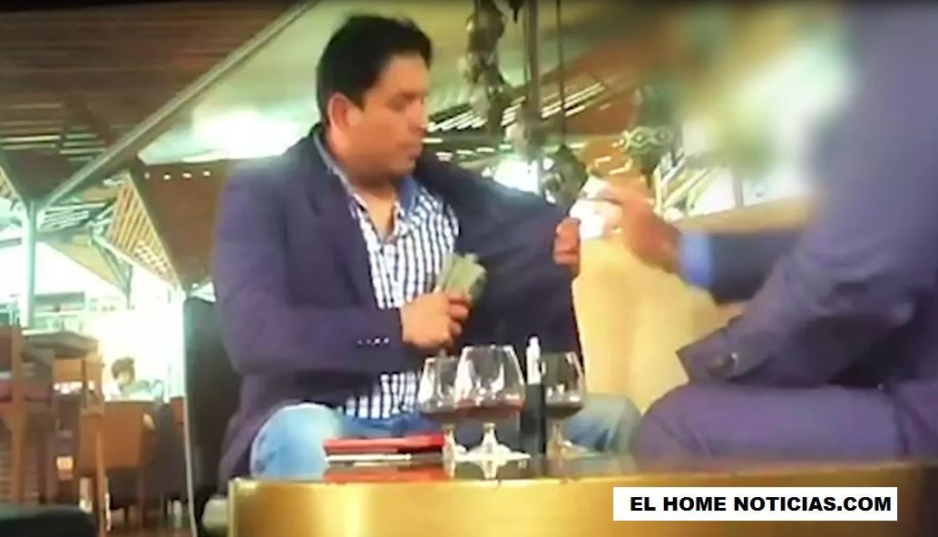 Carlos Julian Bermeo, fiscal de la Unidad de Investigación y Acusación de la JEP guarda en su chaqueta el fajo que acababa de recibir.