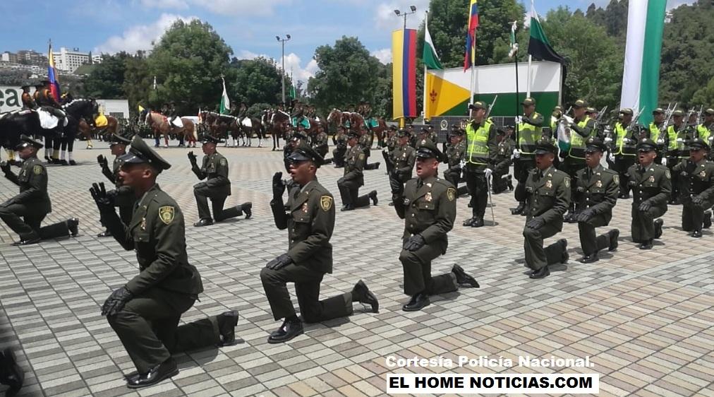 Policías en medio de un juramento.