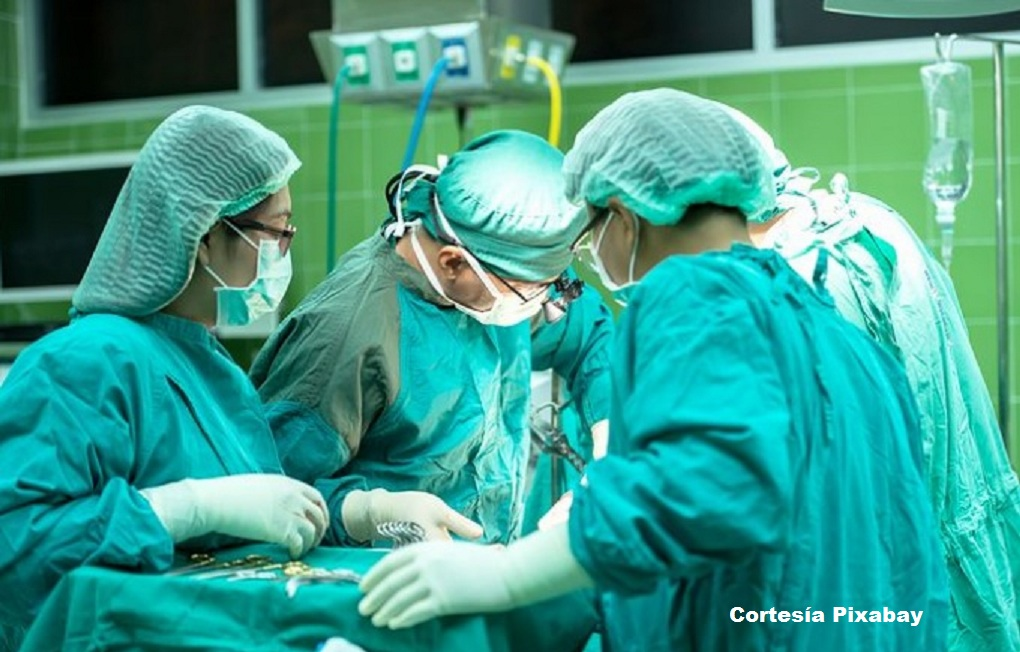 Se trató de una compleja cirugía en la que fue necesario implantar un aparato diseñado para un adulto en el tórax de la pequeña.