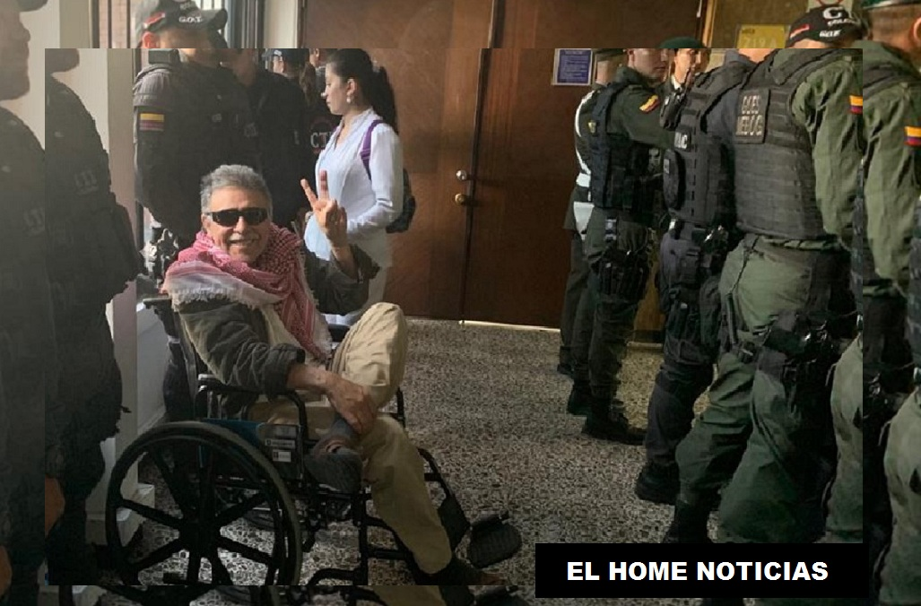 En una de las pausas a la audiencia de imputación de cargos el exguerrillero Jesús Santrich con el fuerte dispositivo de seguridad.