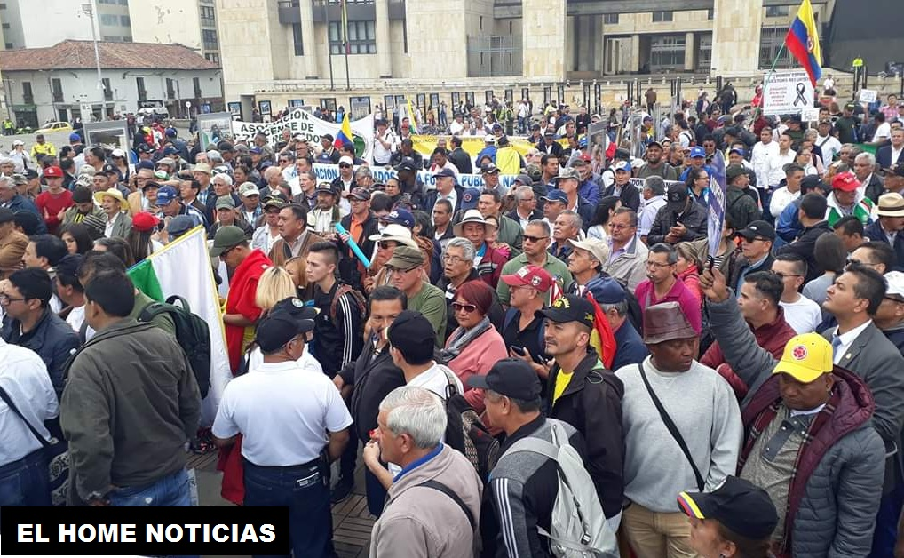 Más de 8.000 personas marcharon por la Carrera Séptima hasta la Plaza de Bolívar, los inconformes con el servicio de salud que le ofrecen a la Fuerza Pública.