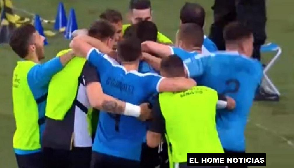 Los jugadores de Uruguay corrieron a celebrar el único tanto del partido, con el que lograron la victoria ante la Selección de Chile.
