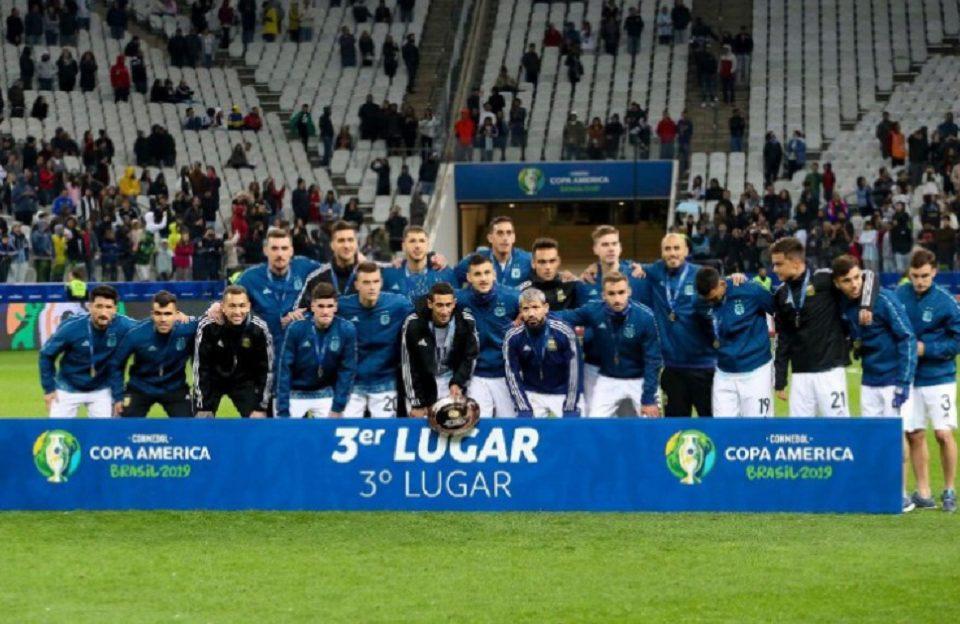 La Selección Argentina consiguió este sábado el tercer puesto de la Copa América-2019 al derrotar 2-1 a Chile en el que Lionel Messi y el defensa Gary Medel fueron expulsados.