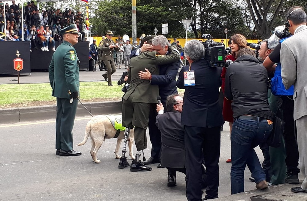 El presidente Iván Duque se abraza con al patrullero José Fernando Carvajal, víctima de las minas antipersonas.