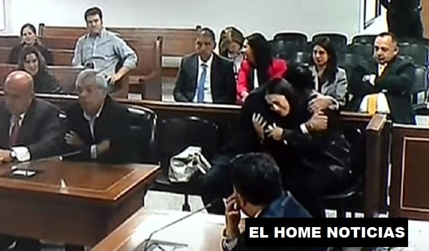 Francisco y Catalina Uribe Noguera se abrazan y lloran.