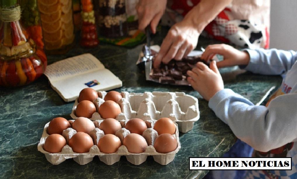 Niños en la cocina.