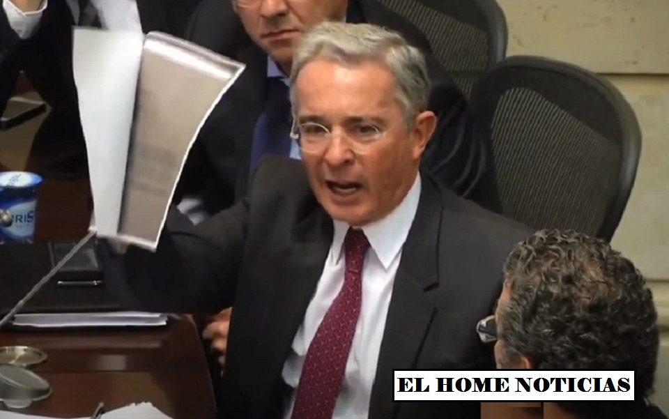 Álvaro Uribe en sesión.