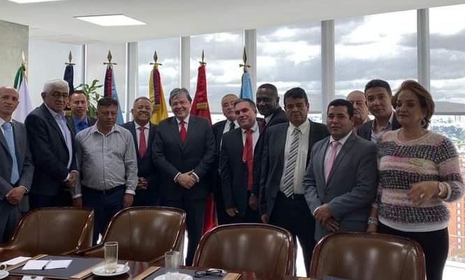 Reunión en noviembre pasado del Ministro de Defensa, Carlos Holmes Trujillo, con los veteranos. En la imagen hay un contraste, el rostro sonriente del funcionario con el de los veteranos, tal vez escéptico porque el bienestar de todos está en entredicho.