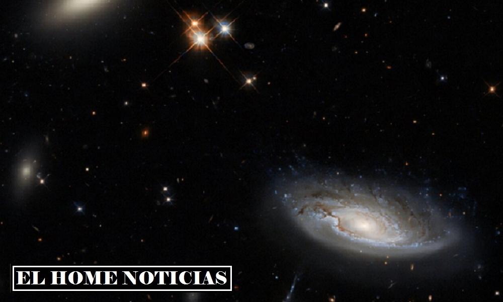 A la derecha está la galaxia espiral UGC 2665: su estructura característica es claramente visible en la imagen.