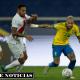Neymar disputa el balón entre Christian Ramos, Alexander Callens y Yoshimar Yotún, en la jugada que terminó en el gol de Lucas Paquetá.