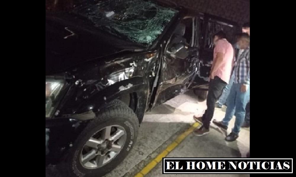 El vehículo en el que se movilizaban varios uniformados fue atacado con un artefacto explosivo. Por estos hechos no se reportan víctimas fatales.