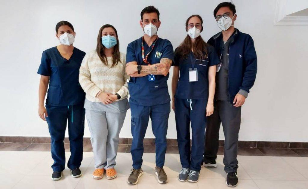 Aquí, una parte del equipo médico del Hospital Simón Bolívar que prestan atención rápida e integral para el tratamiento de Accidentes Cerebrovasculares u otras enfermedades neurológicas. El doctor Alejandro Jiménez (centro), lidera el código de atención de ACV, que funciona las 24 horas del día. Foto: Alcaldía de Bogotá.